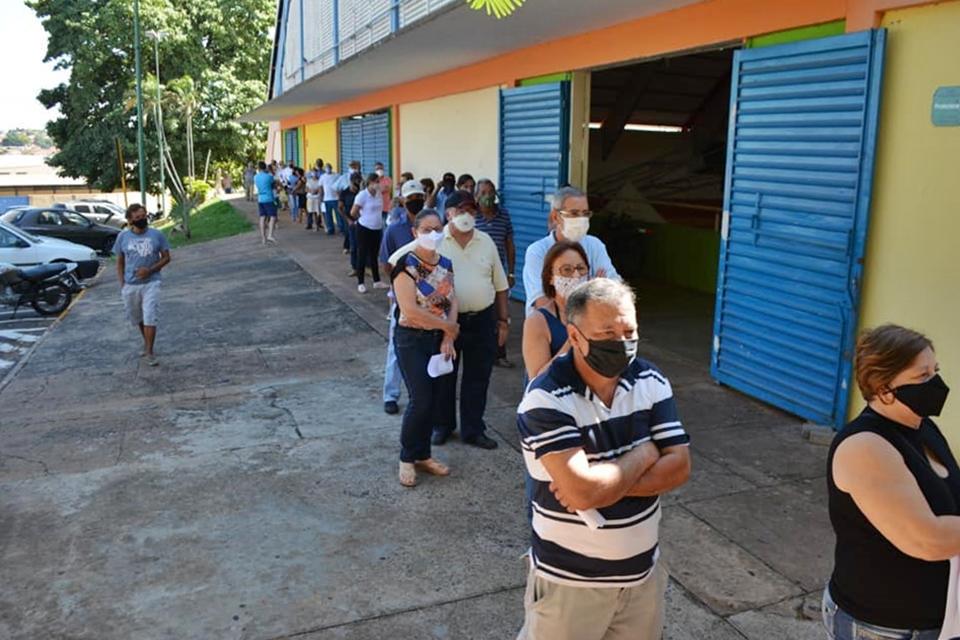 Em Taquaritinga (SP): Saúde vacina 680 pessoas de 60 e 61 anos no primeiro dia de imunização para o grupo
