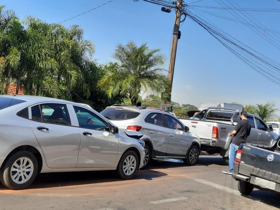 Engavetamento envolve três veículos em avenida de Taquaritinga (SP)
